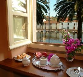 colazione111-ridimensionata-grande-Corte-fiorita_RESIZE